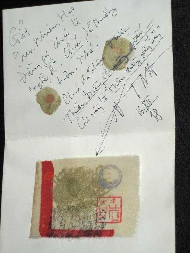 """Tấm thiệp làm bằng tay Võ Đình gởi tôi năn 1998 khi nhận được tập thơ """"Thiên Đường Chuông Giấy"""". Lúc đó tôi viết thư đề """"kính gởi nghệ sĩ Võ Đình"""", ông bảo gọi là """"chú"""", sau cho phép gọi """"anh"""". Tấm thiệp làm từ một tờ giấy in dày, gấp lại làm bốn, bên trái dán một tranh mộc bản nhỏ."""
