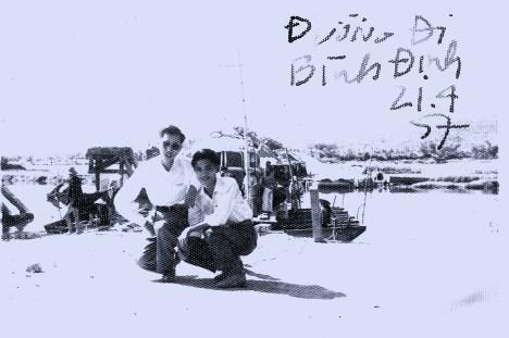 Viên Linh (bên phải) trên đường đi làm phóng sự, 1957